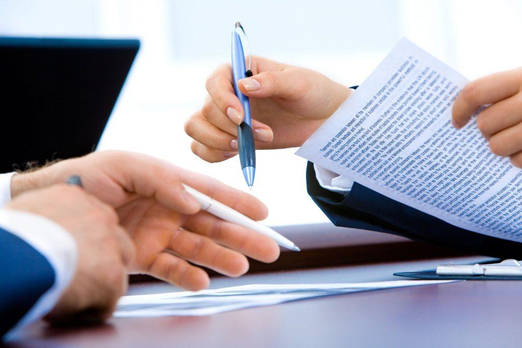 Falta de transparencia en la firma de contratos.