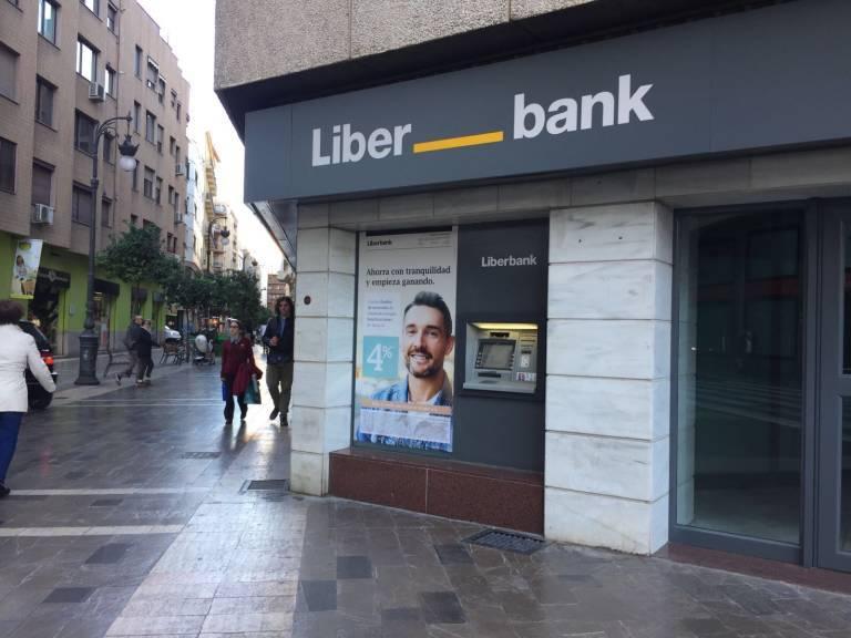 Liberbank cobra comisiones según el tipo de cuenta que tengas.