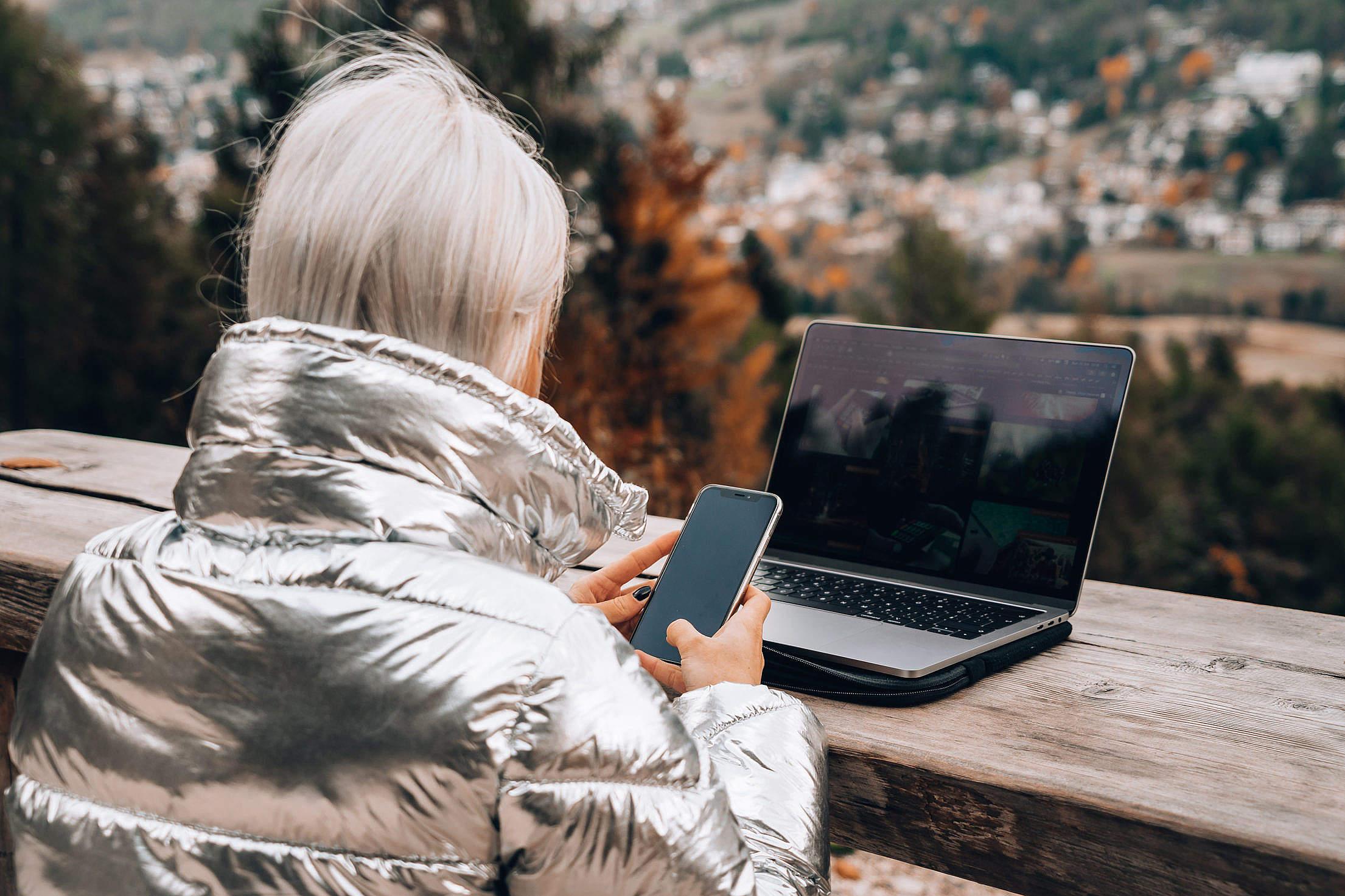 Imagen que contiene computer, persona, exterior, computadora  Descripción generada automáticamente