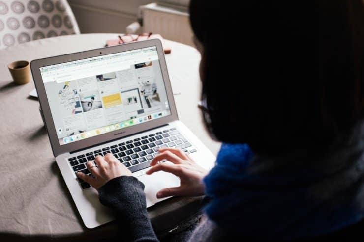Una persona sosteniendo una laptop  Descripción generada automáticamente