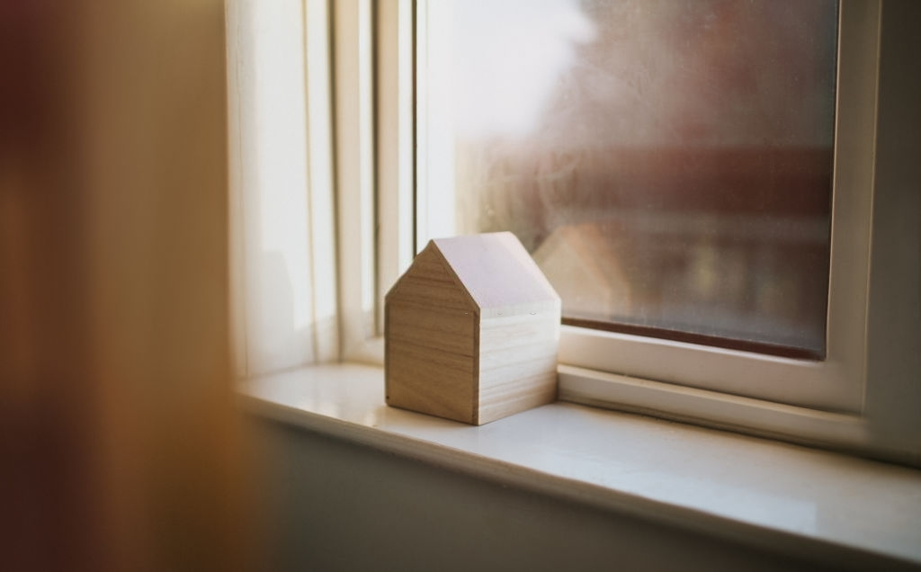 Imagen que contiene interior, ventana, edificio, televisión Descripción generada automáticamente