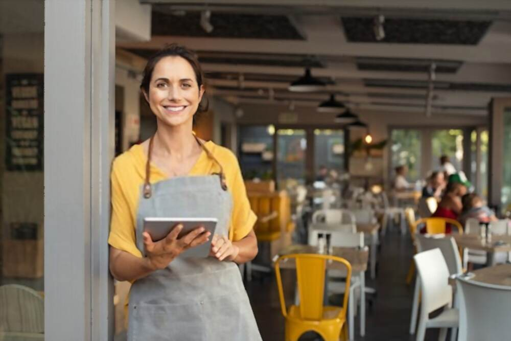 Una persona en un restaurante Descripción generada automáticamente