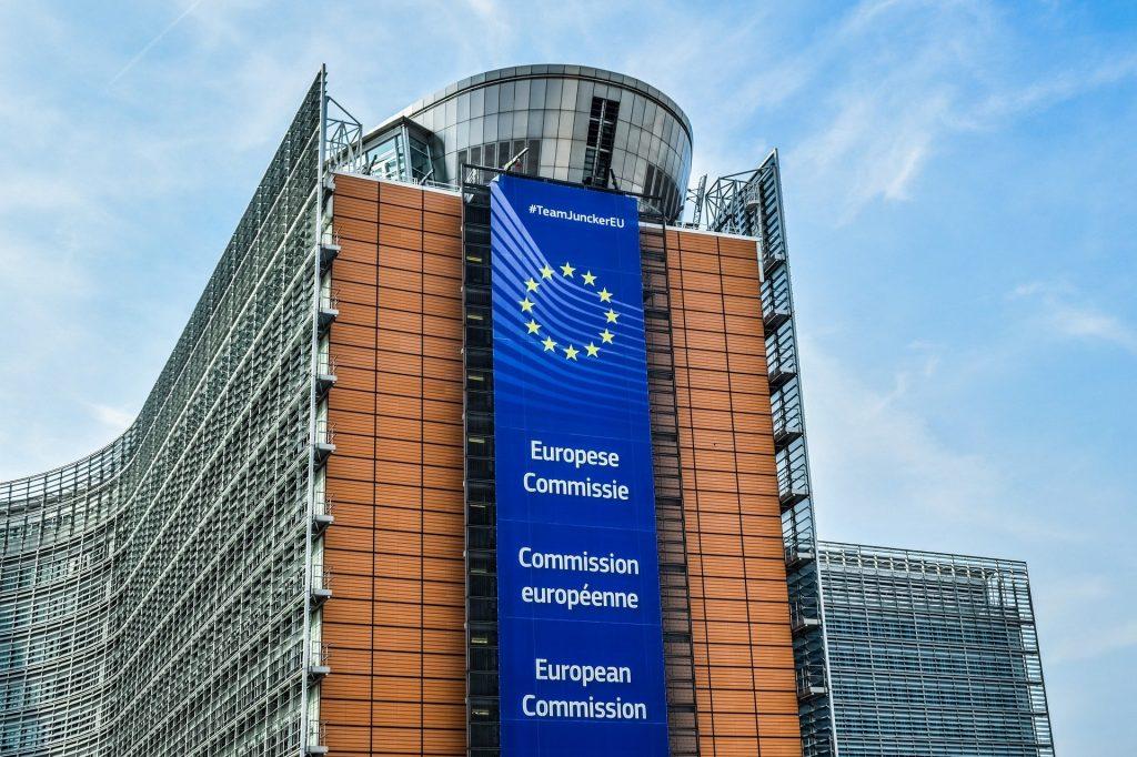 La Comisión Europea es el organismo encargado de la regulación de divisas fiat y virtuales